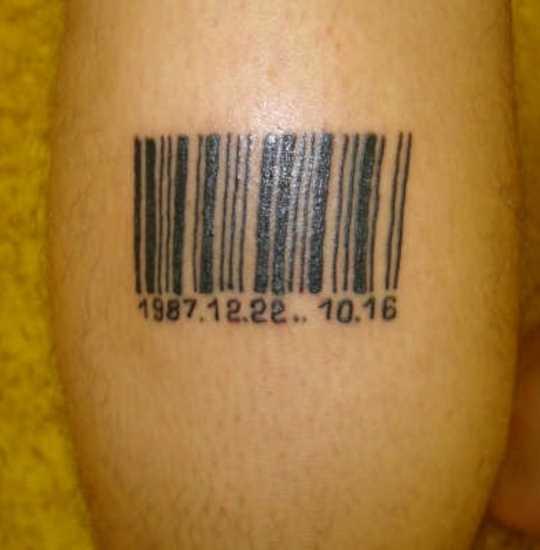 Tatuagem na perna de um cara - código de barras