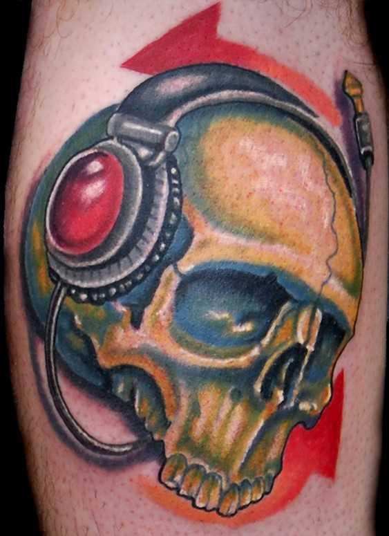 Tatuagem na perna de um cara de crânio