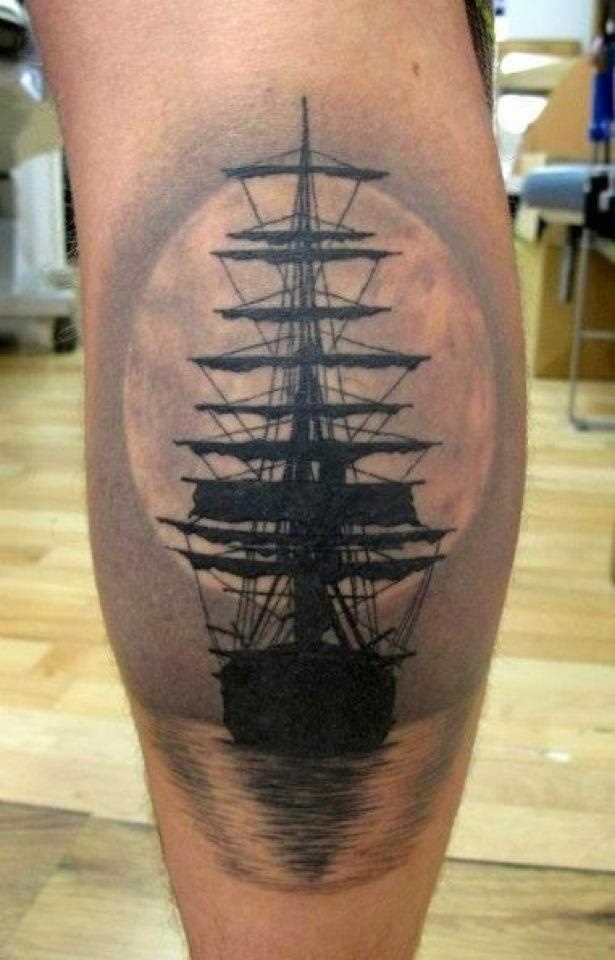 Tatuagem na perna de um cara - de navio