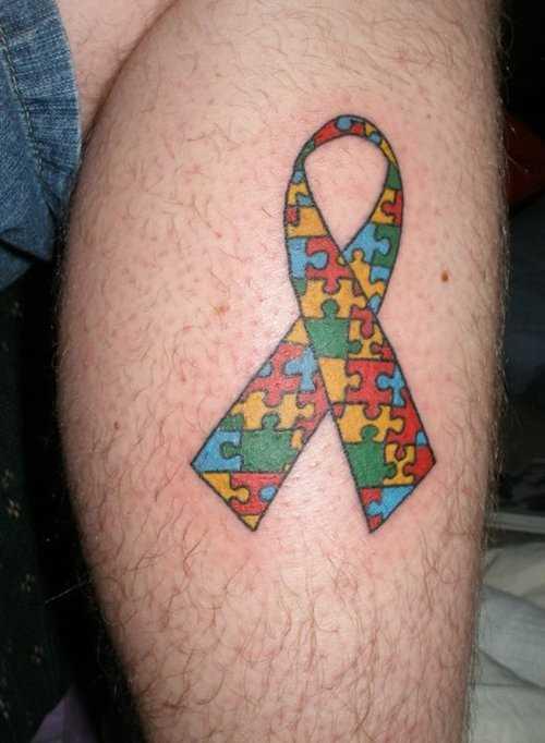 Tatuagem na perna de um cara - de quebra-cabeça em forma de fitas