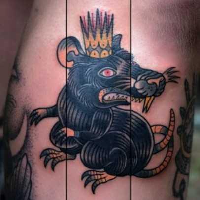 Tatuagem na perna de um cara - de- rato com a coroa na cabeça