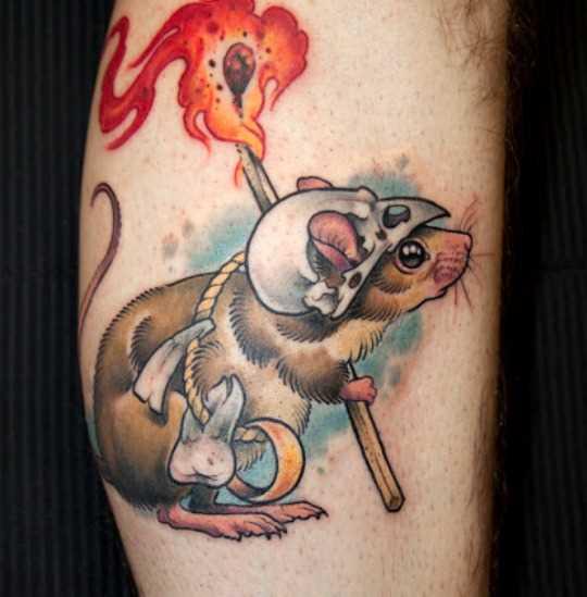 Tatuagem na perna de um cara - de- rato com um fósforo