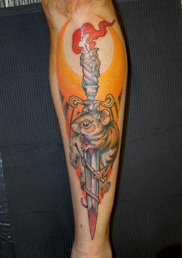 Tatuagem na perna de um cara - de- rato com um punhal e uma vela