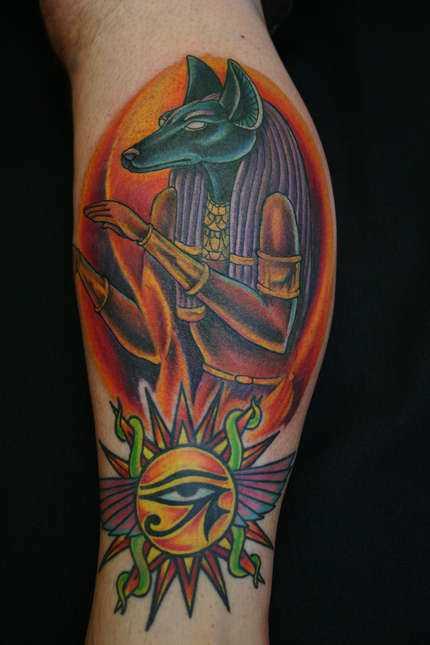 Tatuagem na perna de um cara em forma de anubis