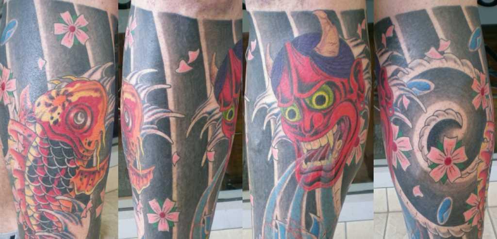 Tatuagem na perna de um cara - ímpios máscara, carpa, sakura e lótus