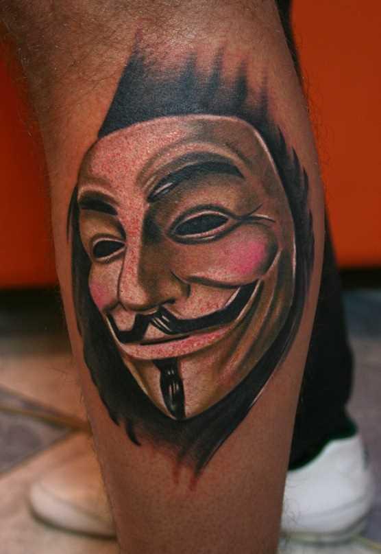 Tatuagem na perna de um cara - máscara