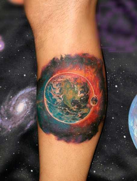 Tatuagem na perna de um cara - o espaço e o planeta