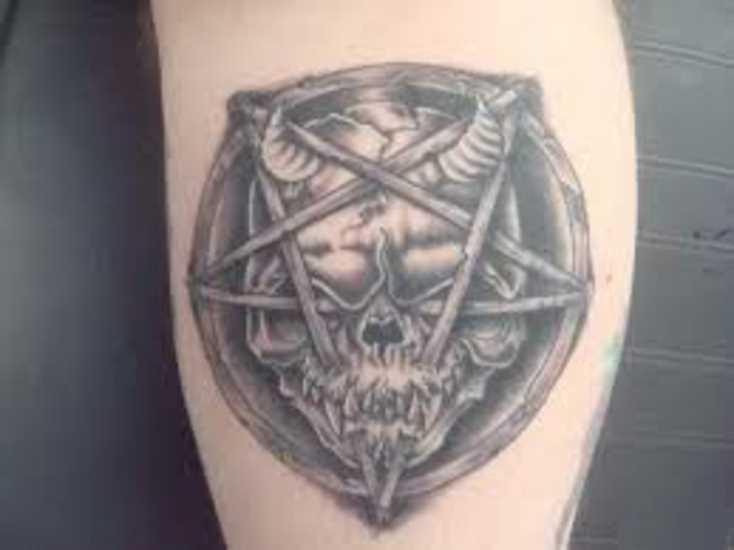 Tatuagem na perna de um cara - o pentagrama com o crânio