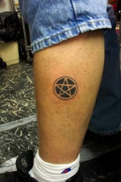 Tatuagem na perna de um cara - pentagrama