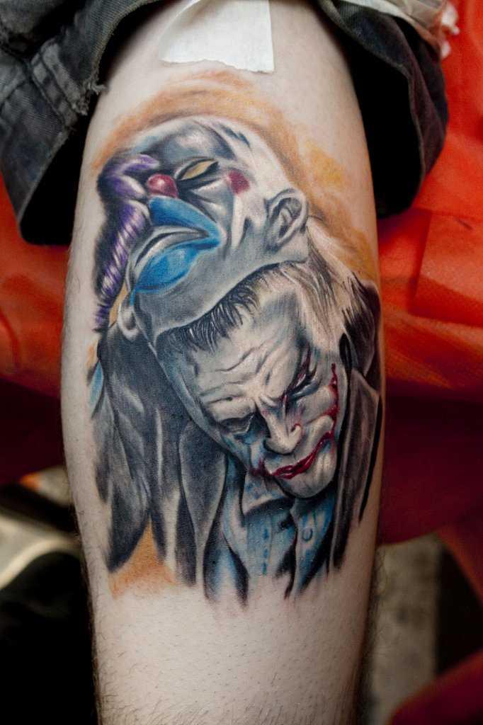 Tatuagem na perna de um cara - um homem mascarado de palhaço