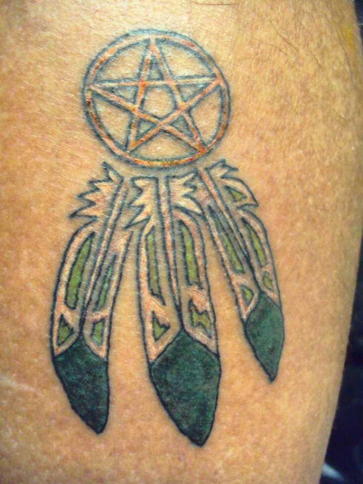 Tatuagem na perna de um cara - um pentagrama e penas
