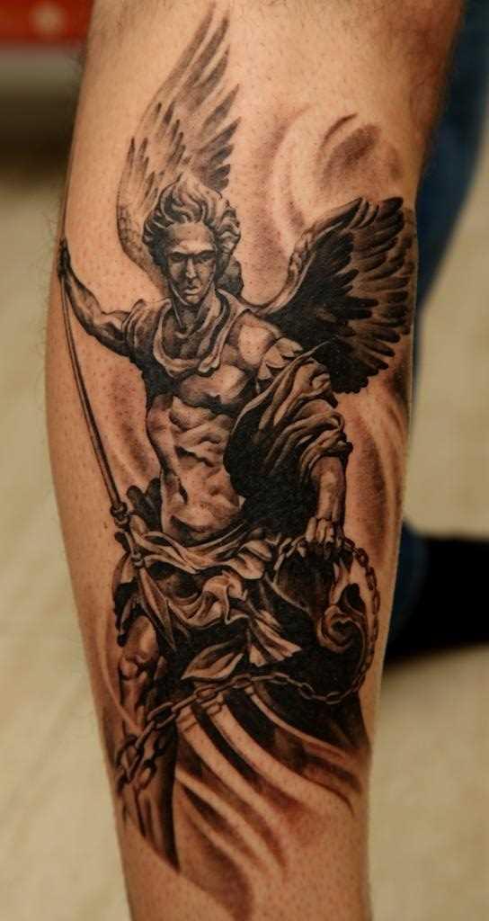 Tatuagem na perna do cara - de- anjo com uma lança