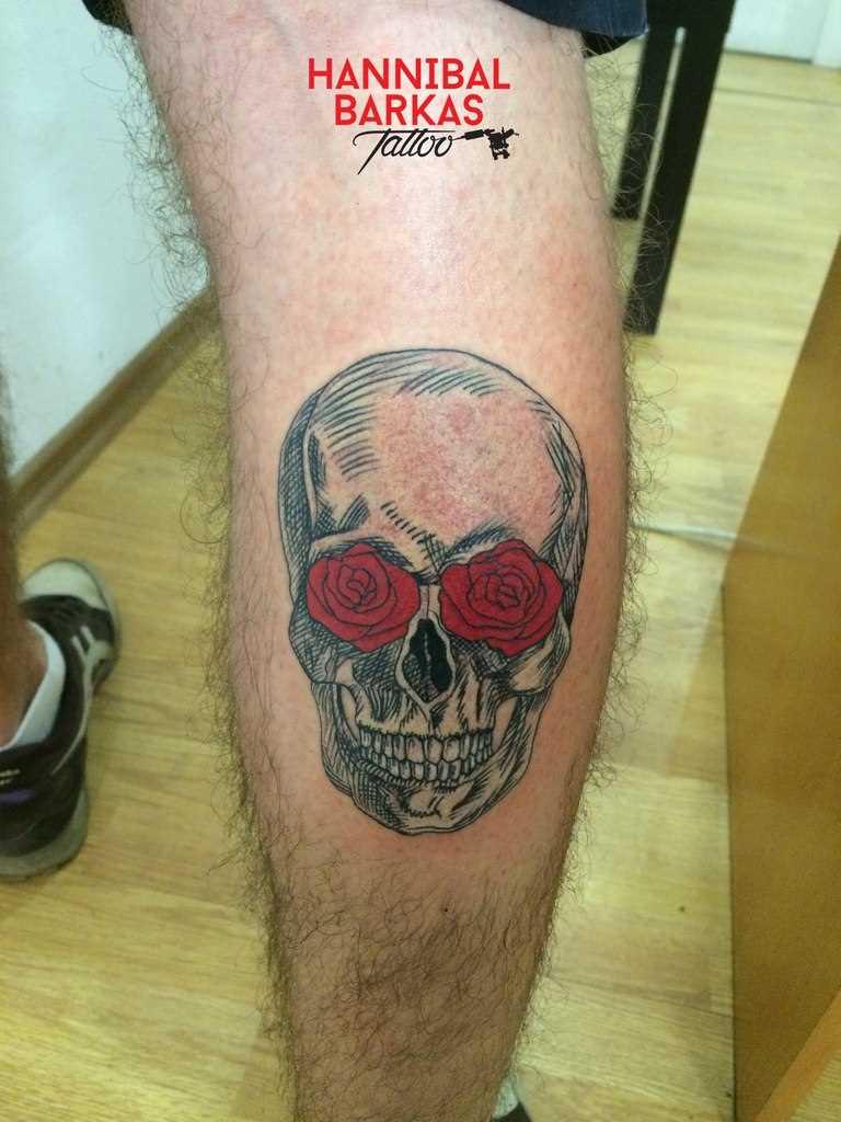 Tatuagem na perna do cara de crânio e rosas