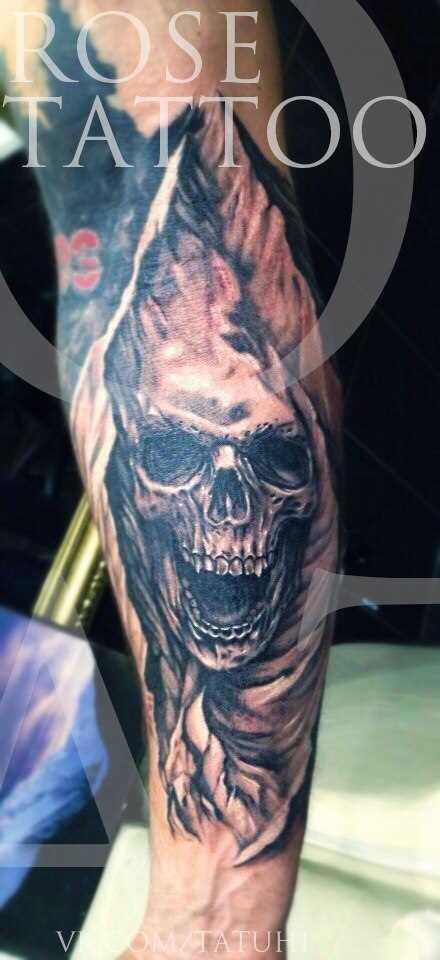 Tatuagem na perna do cara de crânio