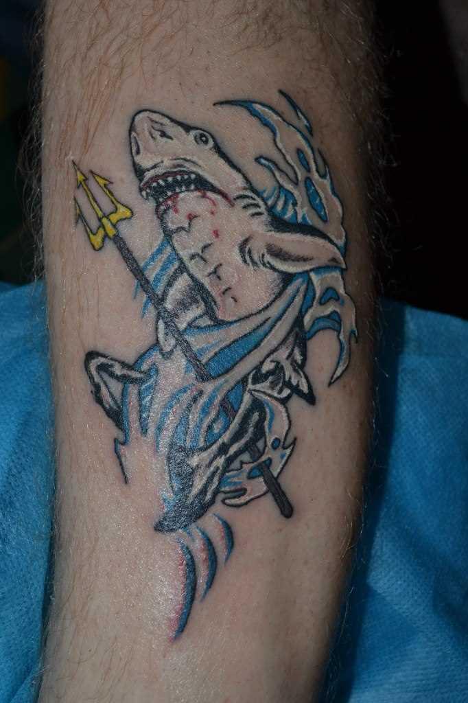 Tatuagem na perna do cara - de tubarão e o tridente