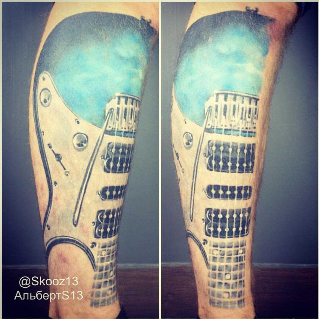 Tatuagem na perna do cara - guitarra