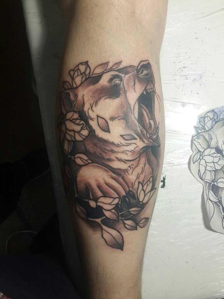 Tatuagem na perna do cara - urso