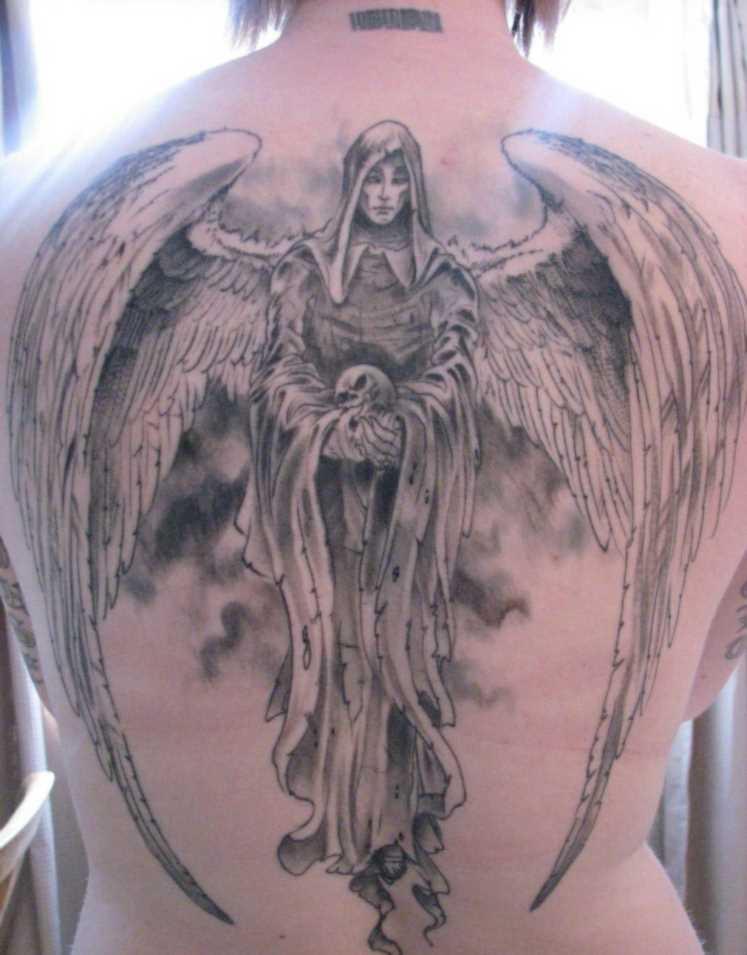Tatuagem nas costas da menina - anjo com um crânio na mão