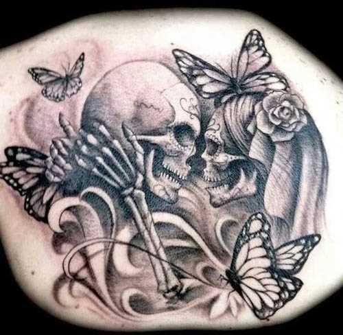 Tatuagem nas costas da menina - caveiras e rosas