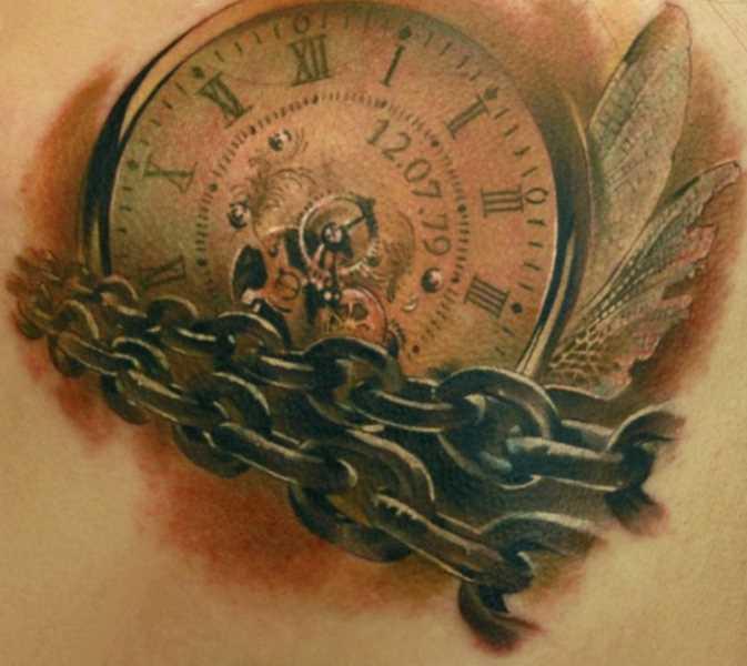 Tatuagem nas costas da menina - corrente e relógio