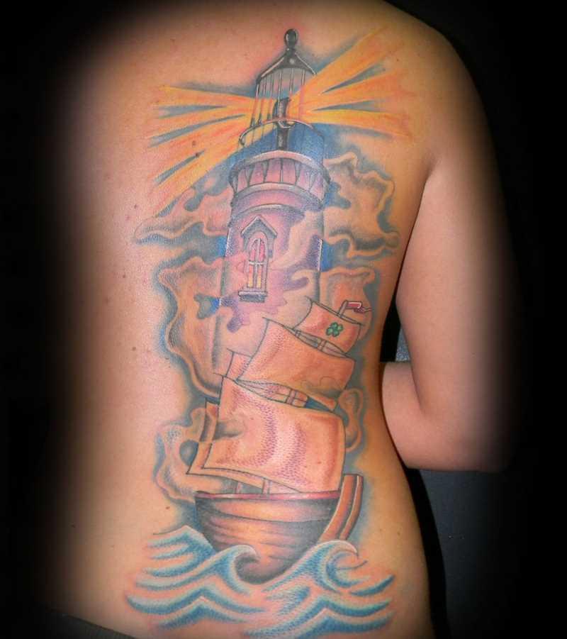 Tatuagem nas costas da menina - farol de navio