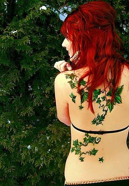 Tatuagem nas costas da menina - folhas