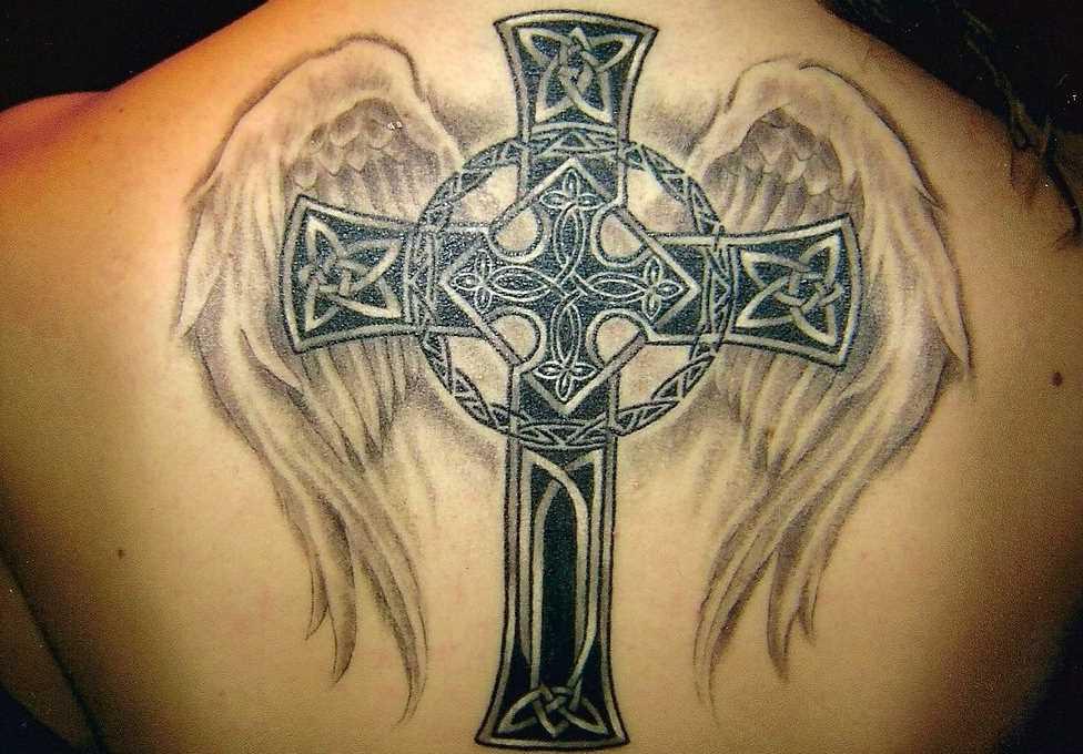 Tatuagem nas costas da menina - kelstskii cruz com asas