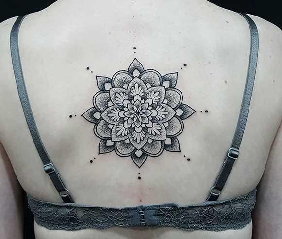 Tatuagem nas costas da menina - mandala