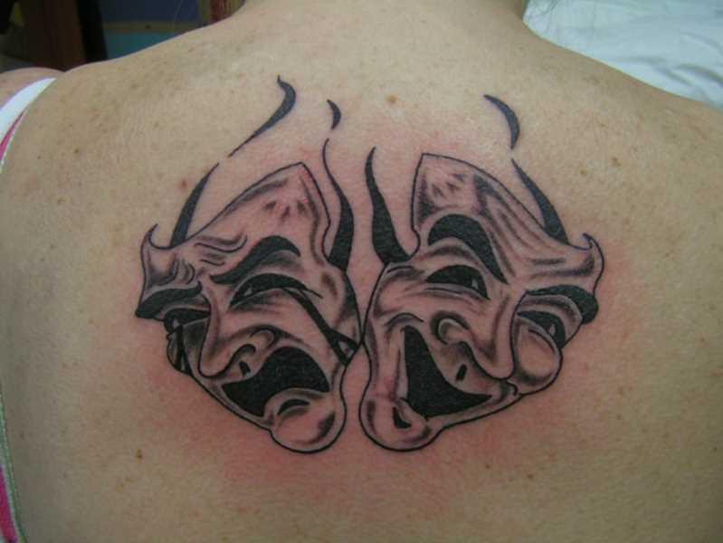 Tatuagem nas costas da menina - máscara