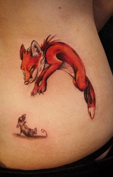 Tatuagem nas costas da menina - o mouse e a raposa