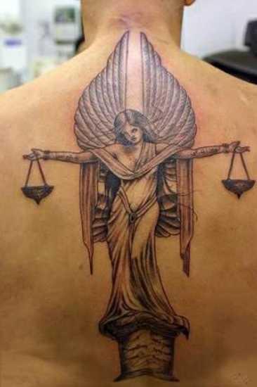 Tatuagem nas costas de um cara em forma de anjo da justiça
