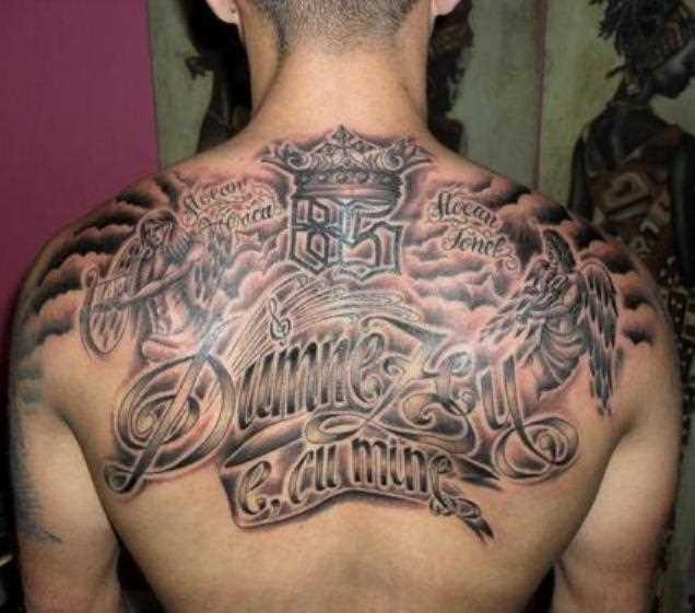 Tatuagem nas costas de um cara em forma de anjos, violino chave e inscrições