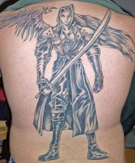 Tatuagem nas costas de um cara em forma de um anjo com uma espada