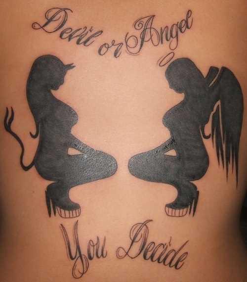 Tatuagem nas costas de uma menina - anjo, demônio e inscrição