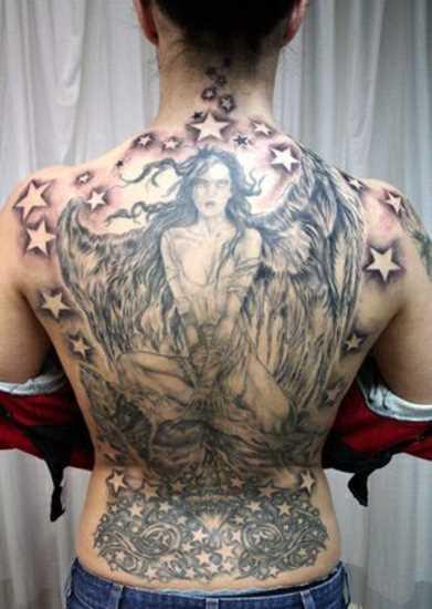 Tatuagem nas costas de uma menina - anjo e estrela