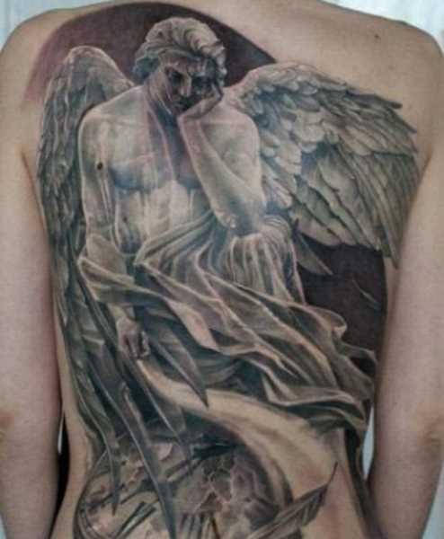 Tatuagem nas costas de uma menina - anjo e relógios