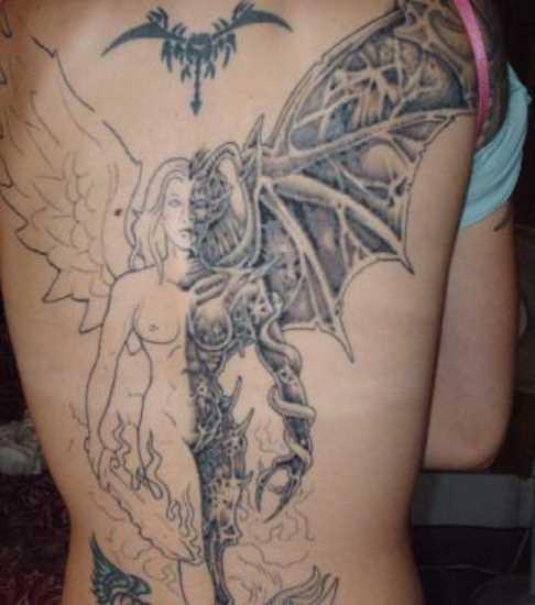 Tatuagem nas costas de uma menina - anjo e um demônio em forma de menina