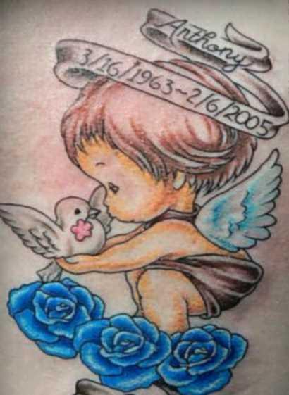 Tatuagem nas costas de uma menina - anjo e um demônio na forma de uma criança com pomba, rosas e inscrição