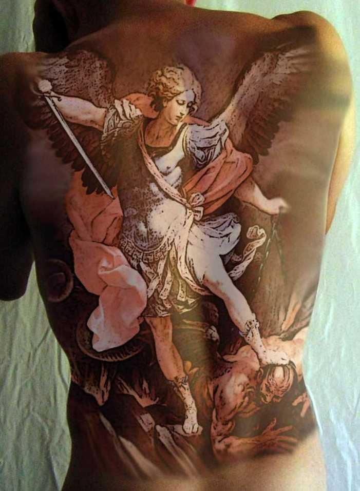 Tatuagem nas costas de uma menina - anjo em forma de menina, mata um demônio