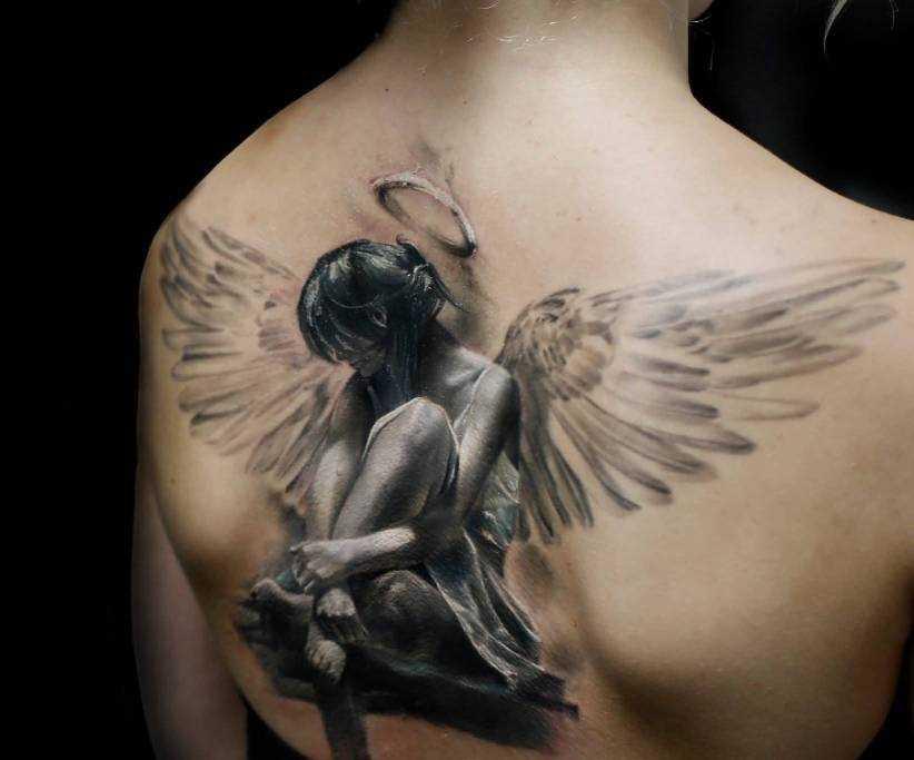 Tatuagem nas costas de uma menina - anjo