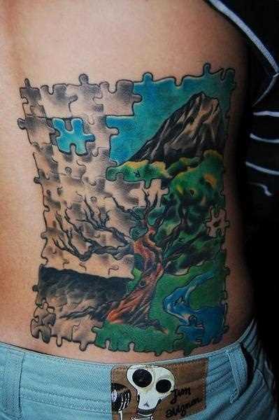 Tatuagem nas costas de uma menina de quebra - cabeças em forma de pintura com a árvore