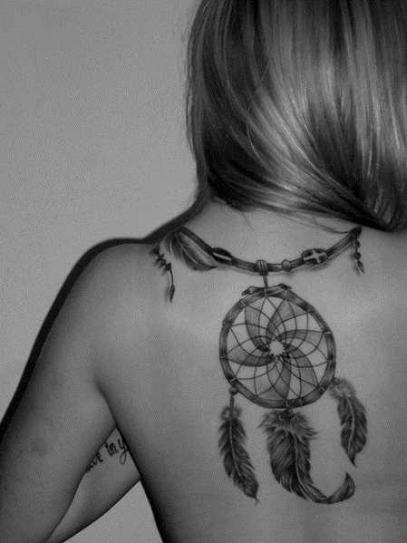 Tatuagem nas costas de uma menina - o apanhador de sonhos