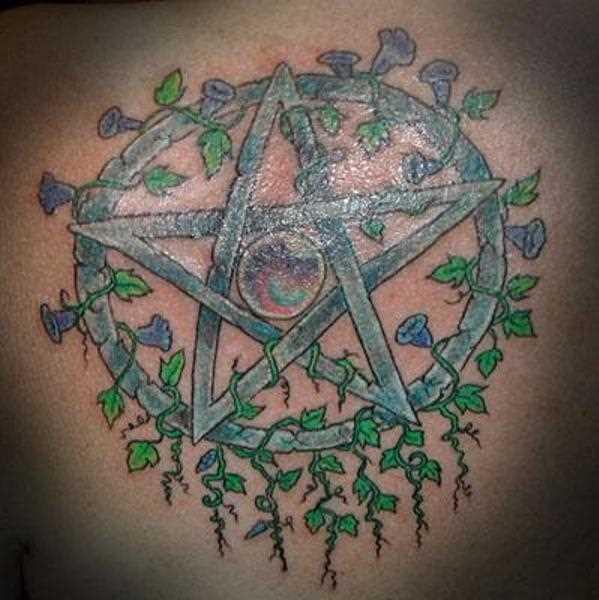 Tatuagem nas costas de uma menina - o pentagrama e viun