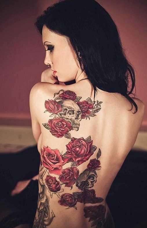 Tatuagem nas costas de uma menina rosas vermelhas