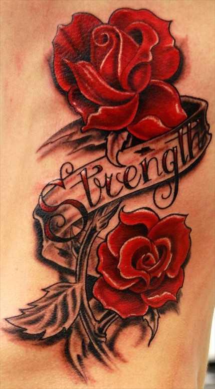 Tatuagem nas costelas, as meninas rosas vermelhas e inscrição