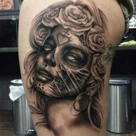 Tatuagem nas coxas da menina - a máscara e a rosa