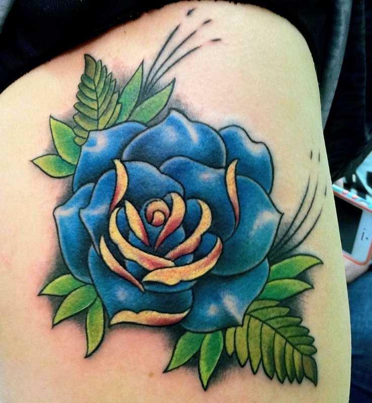 Tatuagem nas coxas da menina - azul e rosa