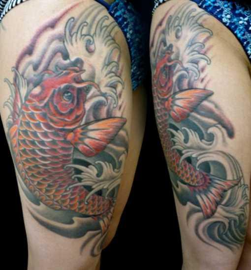 Tatuagem nas coxas da menina - carpa