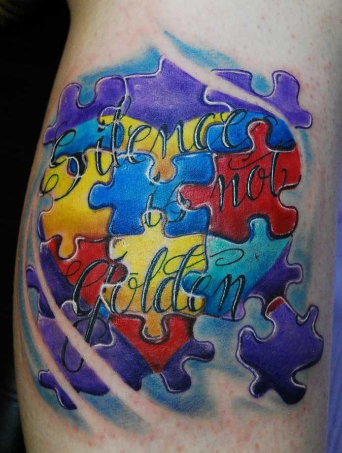 Tatuagem nas coxas da menina de quebra - cabeça em forma de coração