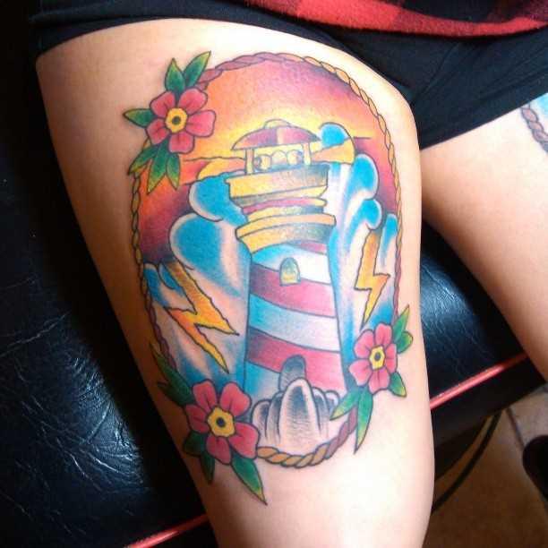 Tatuagem nas coxas da menina - farol
